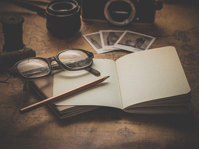 brýle a poznámkový sešit