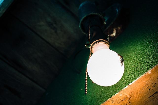 rozsvícená žárovka