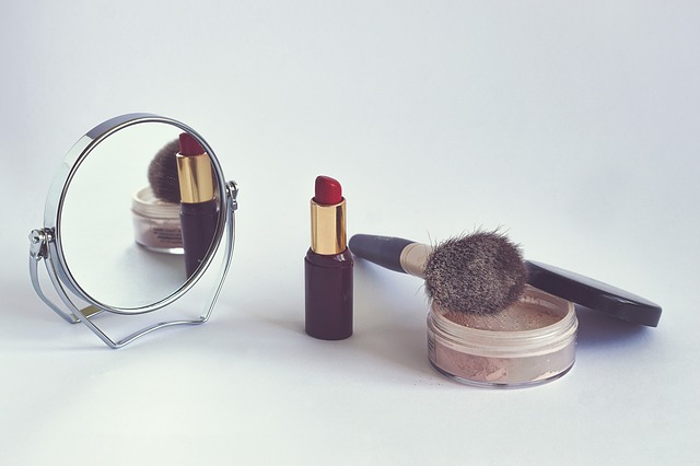 dekorativní kosmetika a zrcátko
