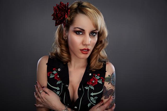 žena s perfektním makeupem a doplňky