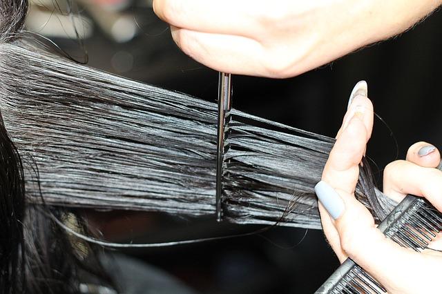stříhání vlasů u kadeřníka