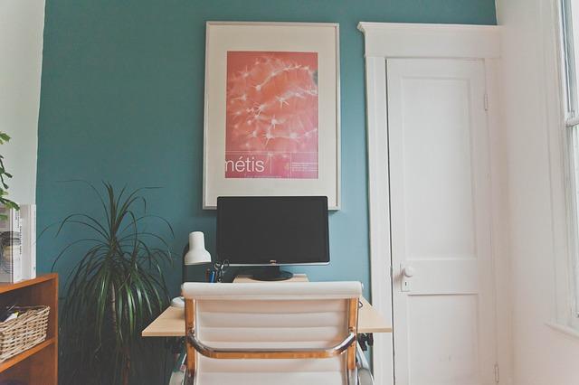 pracovní stůl s monitorem