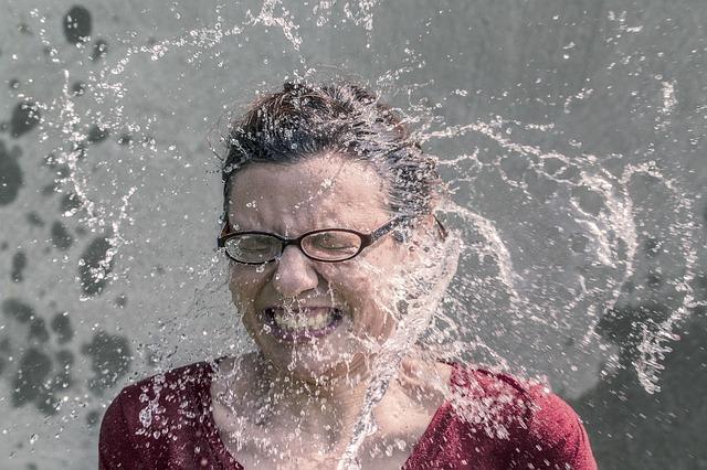 voda na tváři ženy