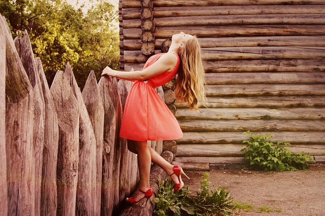 dívka v krátkých šatech
