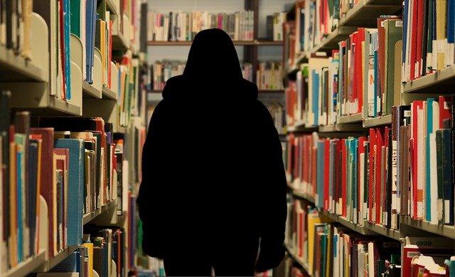 postava mezi knihami
