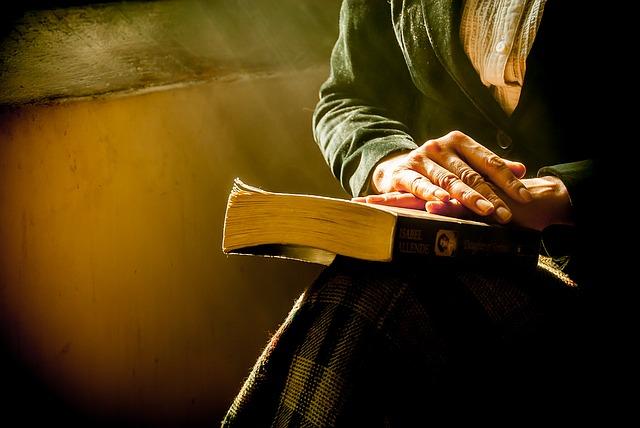 stará dáma s knihou