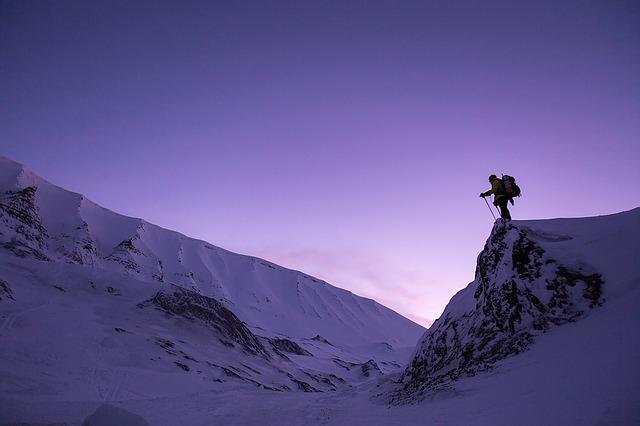 lyžař s batohem