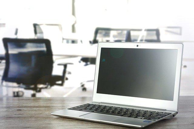 přenosný počítač v kanceláři
