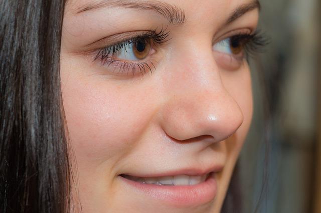 hnědé oči