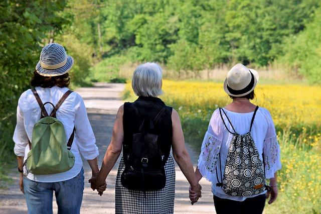tři přítelkyně.jpg