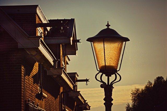 lampa před domem