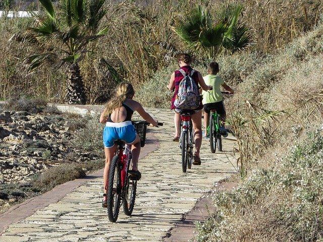 máma s dětmi na kolech
