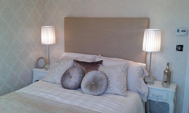 manželská postel s lampičkami