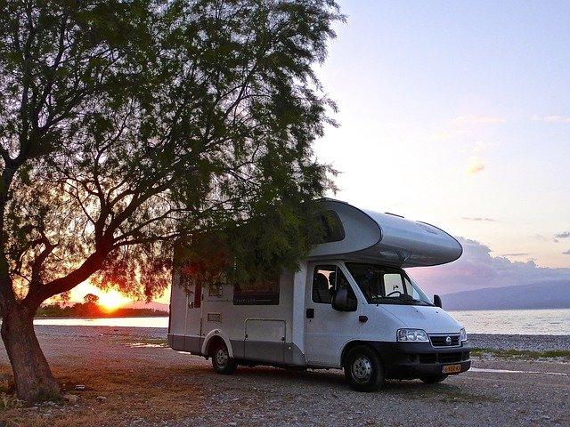 karavan v přírodě v horách