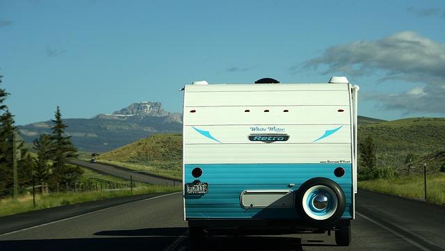 karavan na silnici