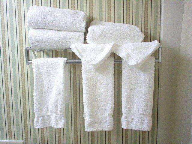 bílé ručníky na tyči