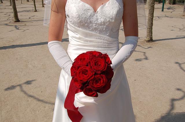 nevěsta držící červené růže