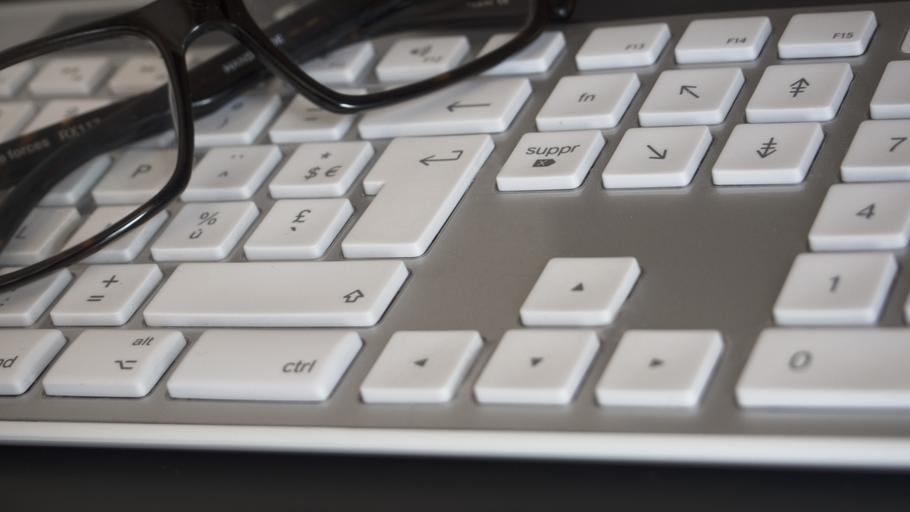 brýle na klávesnici