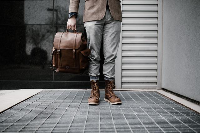 Muž držící zavazadlo