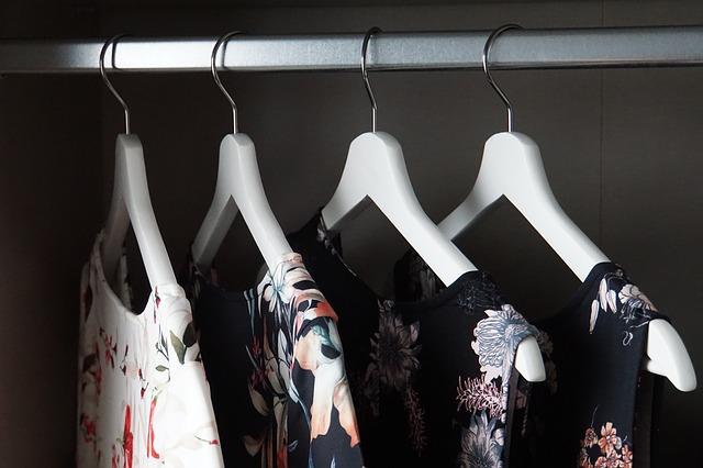 věšáky na oblečení ve skříni