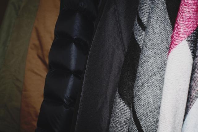 uložené bundy ve skříni