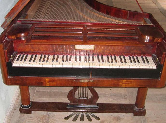 stojící piano