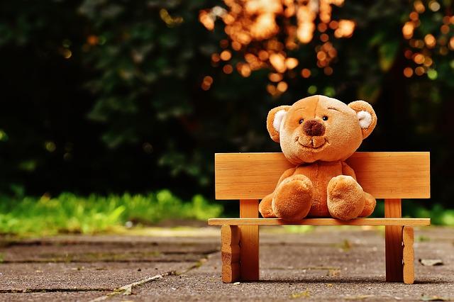plyšák na lavičce