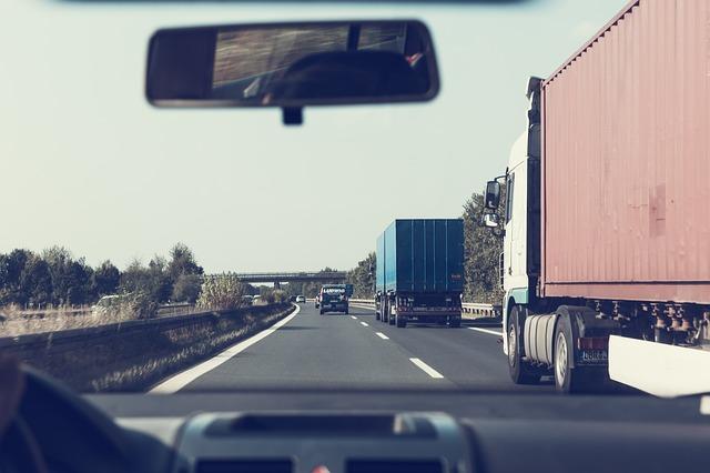 předjíždění kamionu na dálnici