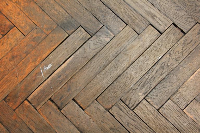dřevěné parkety, které potřebují úpravu