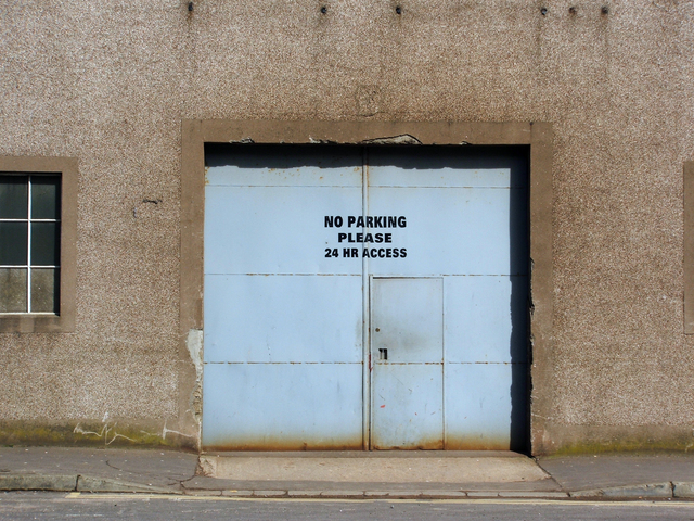 stará plechová garážová vrata s dveřmi