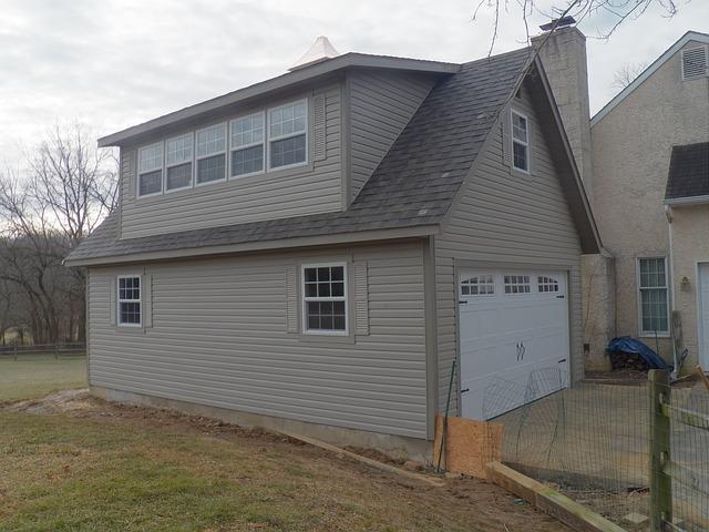 moderní garážová vrata u rodinného domku