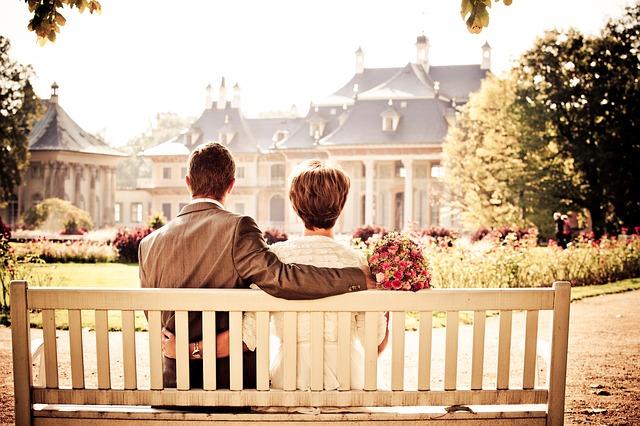 novomanželé na lavičce