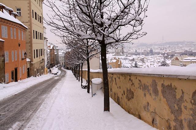 zasněžená ulička pod Pražským hradem