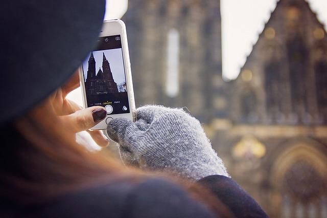 dívka fotografující Vyšehrad v zimě