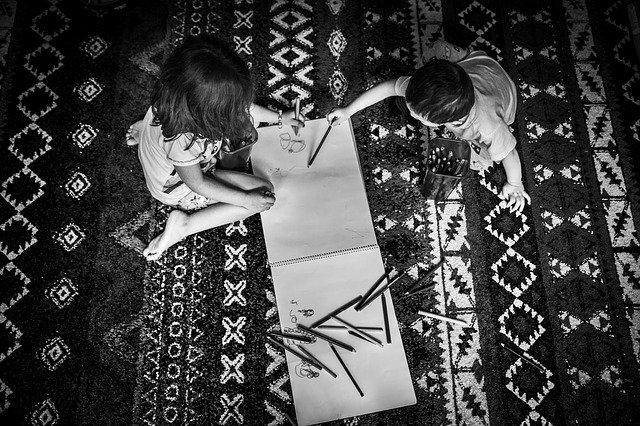 děti si hrají na koberci.jpg