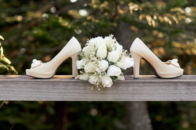 Bílé dámské střevíčky s odloženou svatební kyticí
