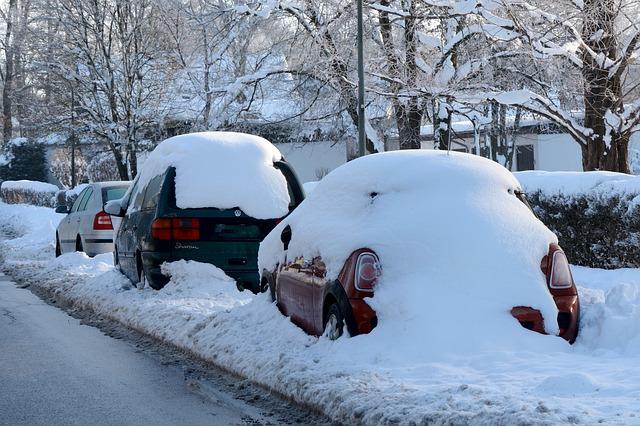 zaparkovaná zasněžená auta