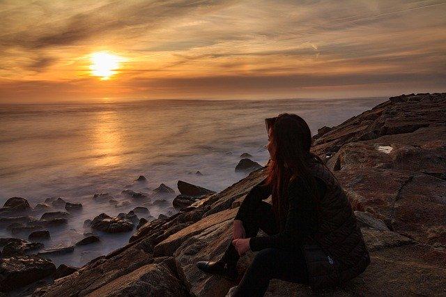 žena, která přemýšlí na břehu moře