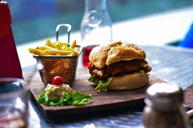 hranolky a hamburger v restauraci na pěkném podnose