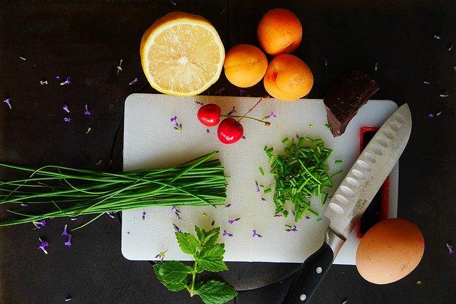 kuchyňské prkýnko s nožem