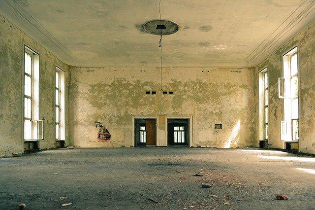 stará místnost z betonu