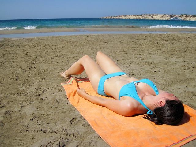 opalování, žena na pláži, plavky